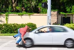 竊賊飛奔狂逃 下一秒車撞「空中飛一圈」