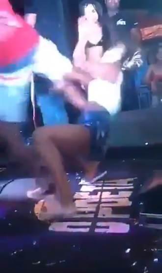 女友蜜桃狂抖太性感 醋男「飛踢」趕下台