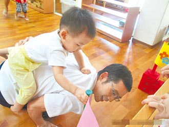 父親育嬰假應與產婦同步 領9成薪