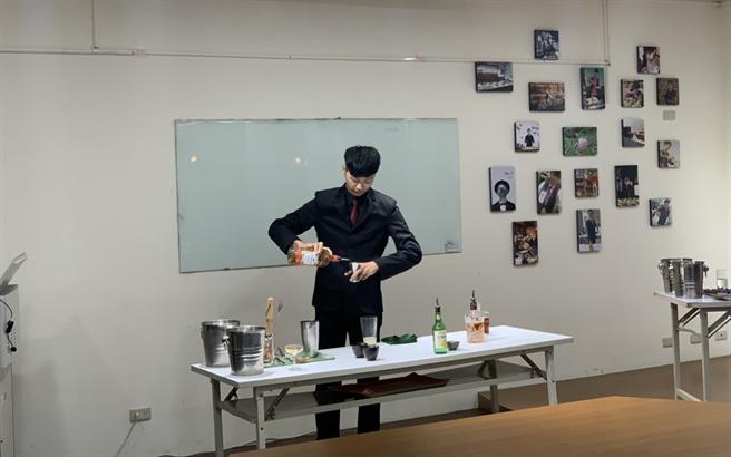 選手洪承榆在課堂上示範將在比賽呈現的調酒(林品君攝)