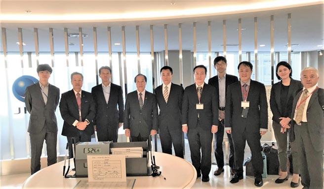 福南鋼鐵受邀至日本JFE鋼鐵株式會社進行交流,受到JFE高規格接待,未來雙方將持續深化合作,董事長梁新(左四)、總經理梁傳繼(左二)及公司主管與JFE相關主管合影。圖/福南鋼鐵提供