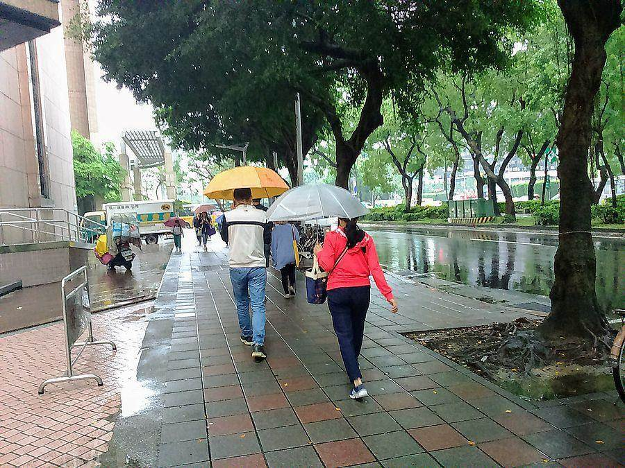 今(30日)受東北風影響,北部及東北部天氣稍涼,宜蘭、花連整天有雨。(林宜靜 攝)