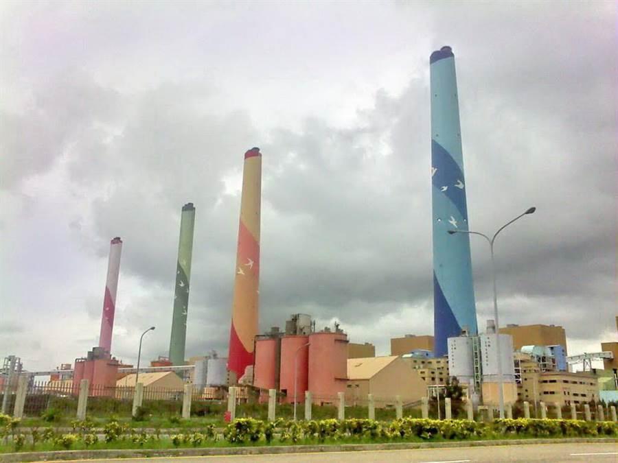 台中市環保局啟動預警二級防制措施,通報前30大固定汙染源工廠自主降載。(盧金足攝)