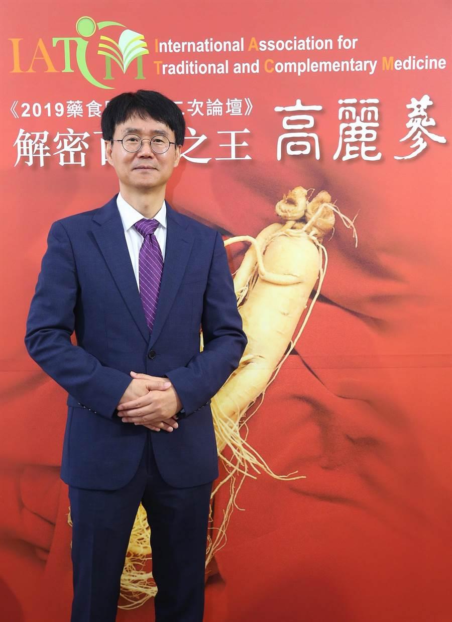 社團法人高麗人蔘學會副會長郭二誠來台發表韓國最新研究。(台灣食品保護協會提供)