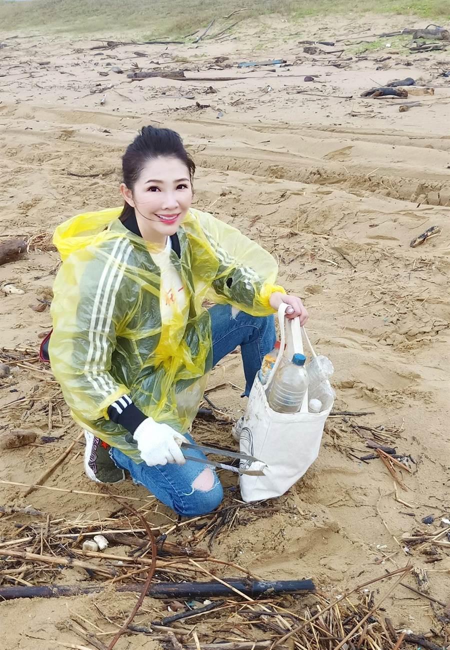 POP Radio台長林書煒將隨身攜帶的環保袋當作淨灘工具。(POP Radio提供)