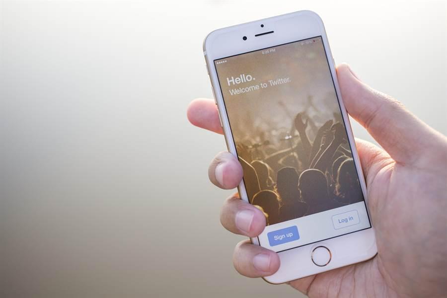 現在很多人習慣單手打字、用手機。(達志影像)