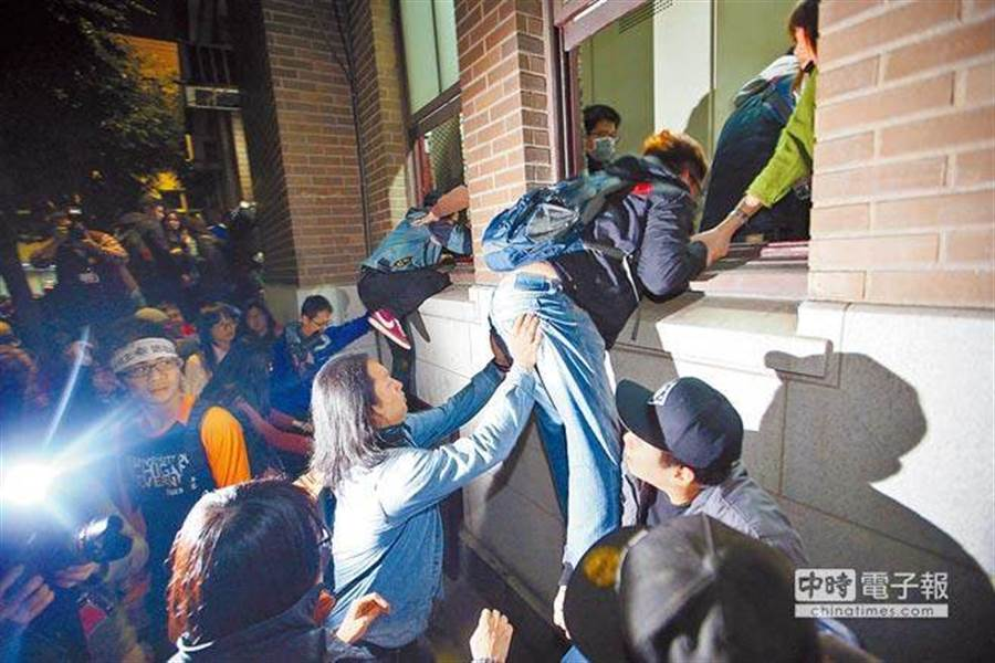 5年前「太陽花」學運學生翻牆爬進行政院。(本報系資料照)