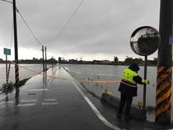 宜蘭大雨不斷 警協助封鎖積水現場