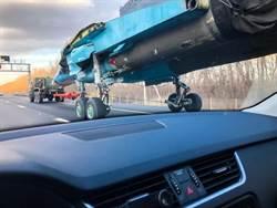 俄國獨特街景! Su-34戰機奔馳在高速公路