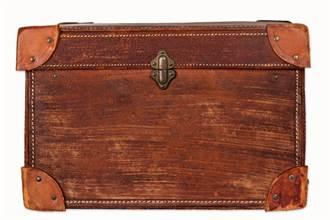 夫妻拿皮箱裝飼料 竟是超值錢古董