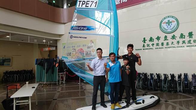 安南醫院骨科醫師張伯群(左一)推廣水上運動也需注意運動傷害。(程炳璋攝)