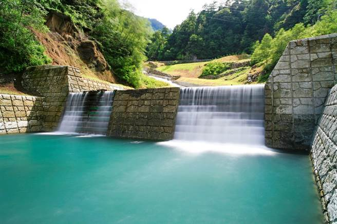 必坦溪整治設計防砂壩體,可調節水流營造多元棲地。(東勢林管處提供/王文吉台中傳真)