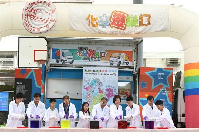 新北市政府教育局與淡江大學第8年合作推行「行動化學館-化學遊樂趣」系列活動,今年度最後一場壓軸活動今(31日)於深坑國中舉辦。(教育局提供/葉書宏新北傳真)