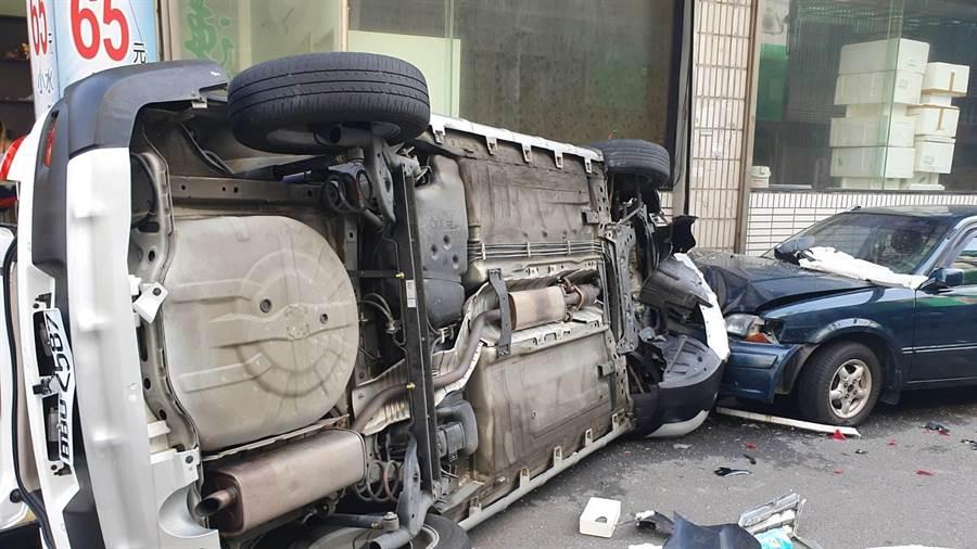 桃園市警方與花蓮警方在檢察官指揮下31日展開搜捕行動,偵防車與嫌犯車輛發生衝撞。(賴佑維攝)