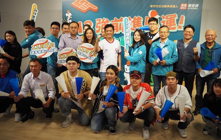 世界棒球12強預賽即將開打,鄭宏輝邀請市民一同來他的競選總部,為中華隊加油拿奧運門票。(陳育賢攝)