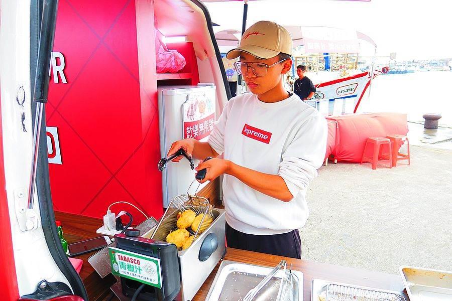 熱騰騰TABASCO主廚現炸「蟹肉餅」,吃一口絕對會上癮。(圖取自新北市漁業處官網)