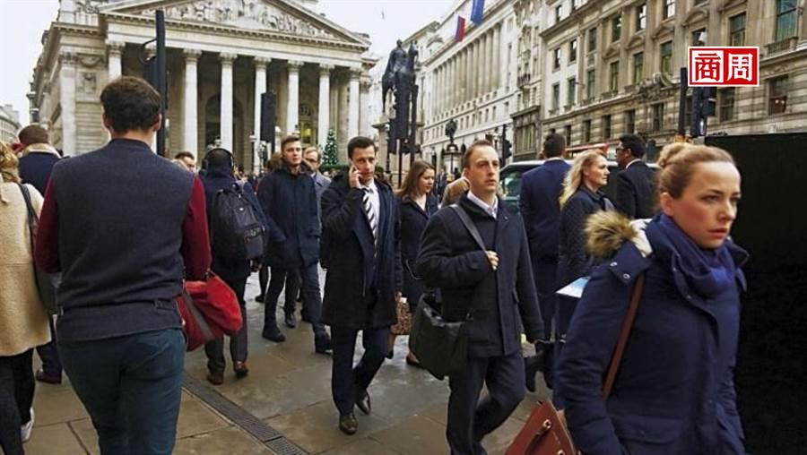 根據麥肯錫報告,零工經濟翻轉勞動市場,影響遍及各行各業,就連高端金融服務也出現外包趨勢。圖為倫敦金融街。(駱裕隆攝影)