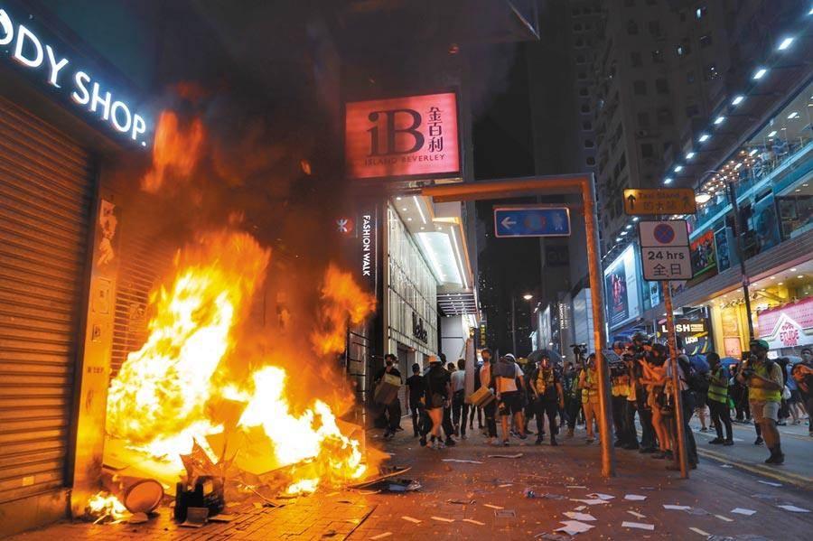 香港示威人士日前於銅纙灣縱火(新華社)