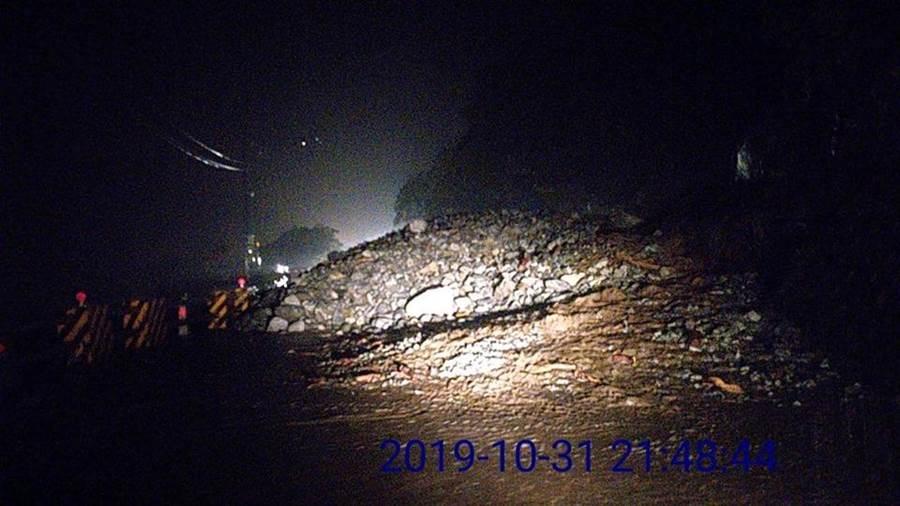 蘇花170K入夜發生嚴重落石坍方,交通已中斷。(圖取自臉書蘇花公路即時路況/王志偉花蓮傳真)