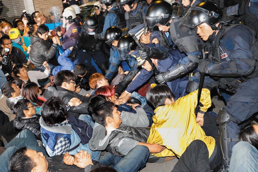 太陽花學運國賠案,台北地院審理認為警察帶警械執行驅離勤務合法,但造成民眾受傷,手段違反比例原則。圖為當年驅離現場。(本報資料照片)
