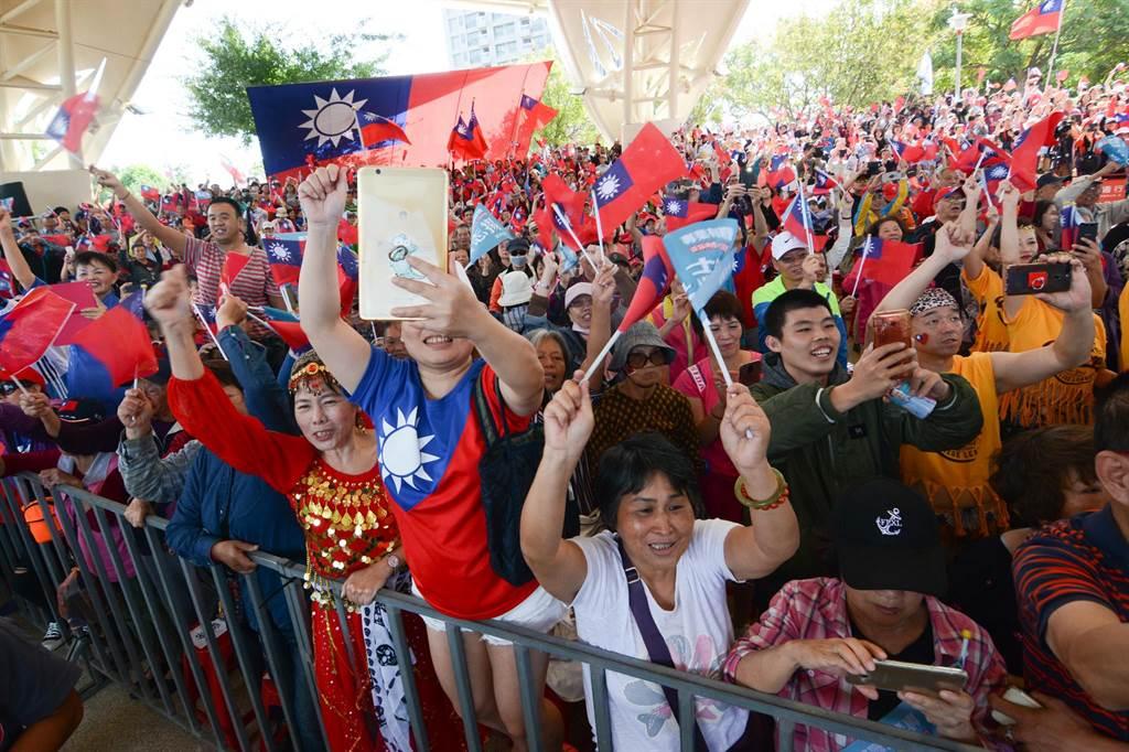 韓國瑜到楊梅參加後援會成立大會,受到群眾熱情歡迎。(林宏聰攝)