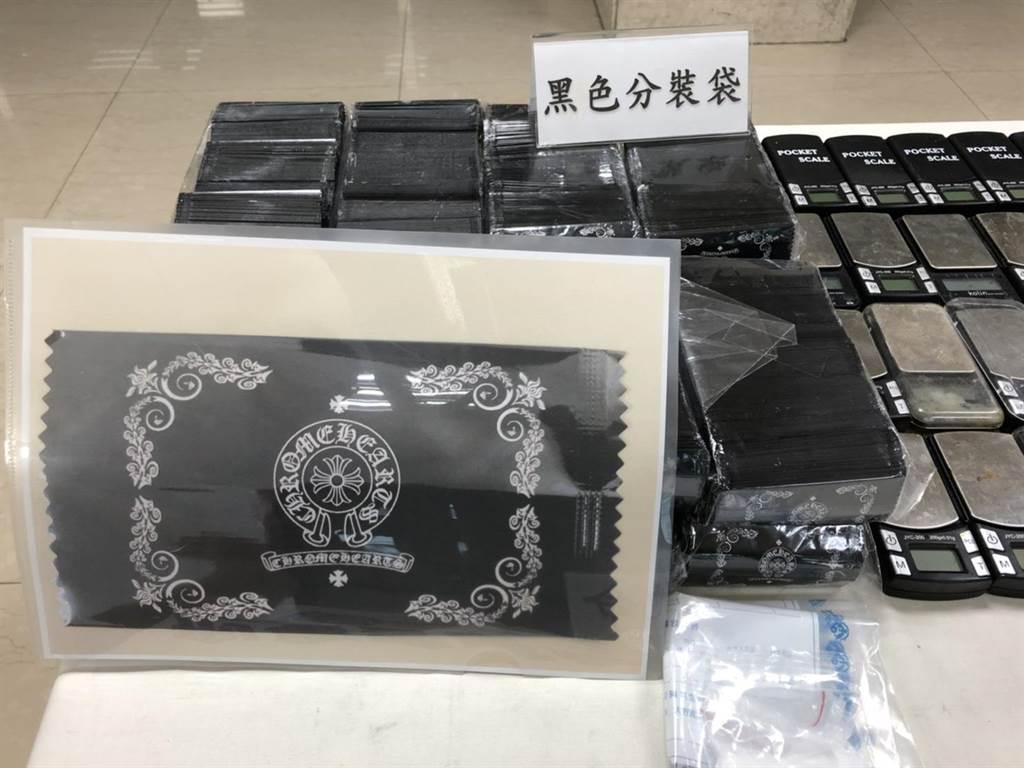 嫌犯仿冒國外知名銀飾品牌的標誌,自創毒咖啡包的外包裝。(林郁平攝)