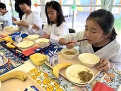 台灣香蕉和滷肉飯擺上日本小學營養午餐的餐盤