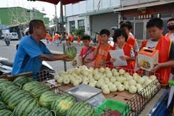 500名華山志工上街募發票 水果攤老闆感動到捐西瓜
