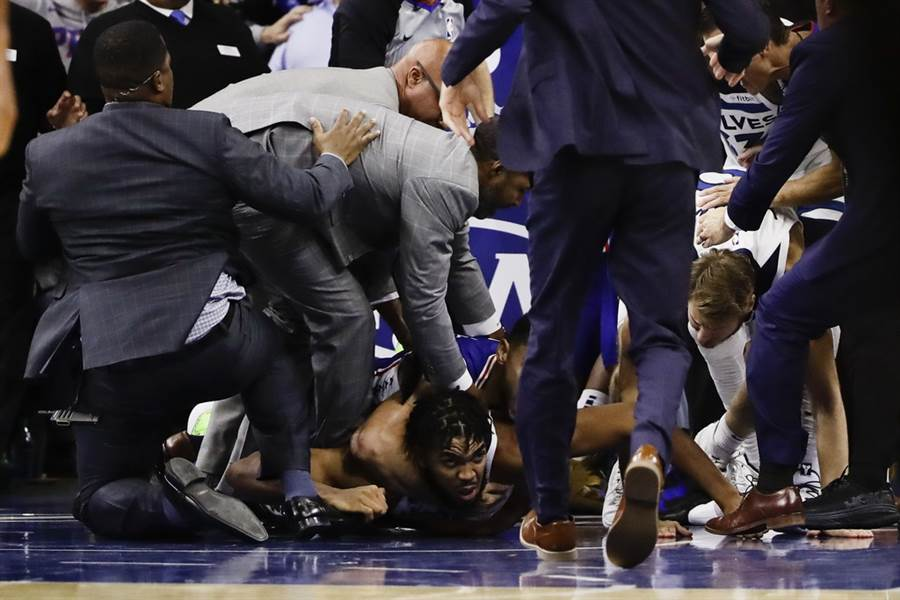 灰狼中鋒唐斯躺在地上被七六人後衛班西蒙斯掐脖子的畫面還被捕捉到。(美聯社)