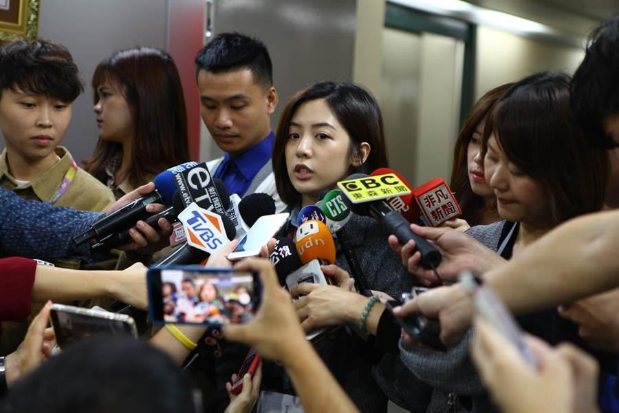 北市府副發言人黃瀞瑩疑遭柯P愛將劉嘉仁性騷擾,全案已進入調查,黃1日面對媒體提問皆以細節不再多談回應。(張立勳攝)