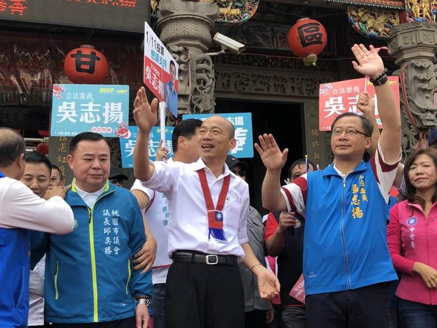 韓國瑜1日赴觀音甘泉寺參香,要民眾用手中選票決定未來。(呂筱蟬攝)