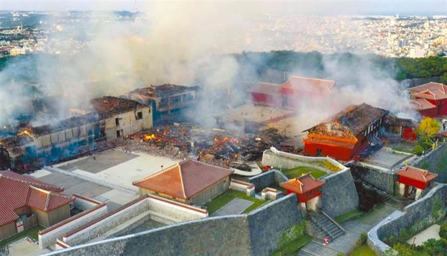 日本沖繩首里城10月31日遭火噬,正殿等7座建築全被燒毀。(美聯社)