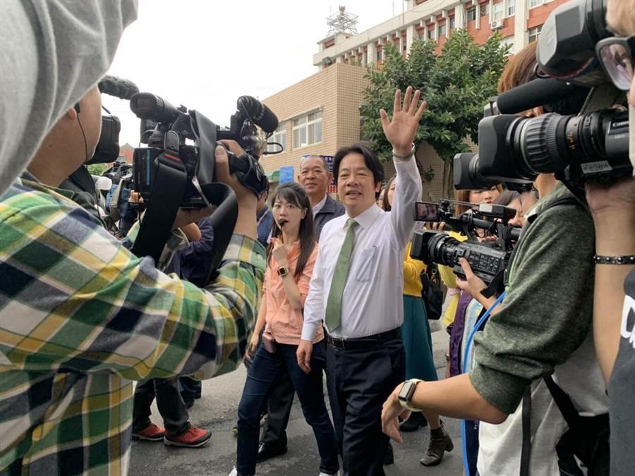 前行院長賴清德輔選行程開跑,首場站台行程獻給在初選時力挺自己冒雨陪同他拉票的台北市議員高嘉瑜。(張薷攝)
