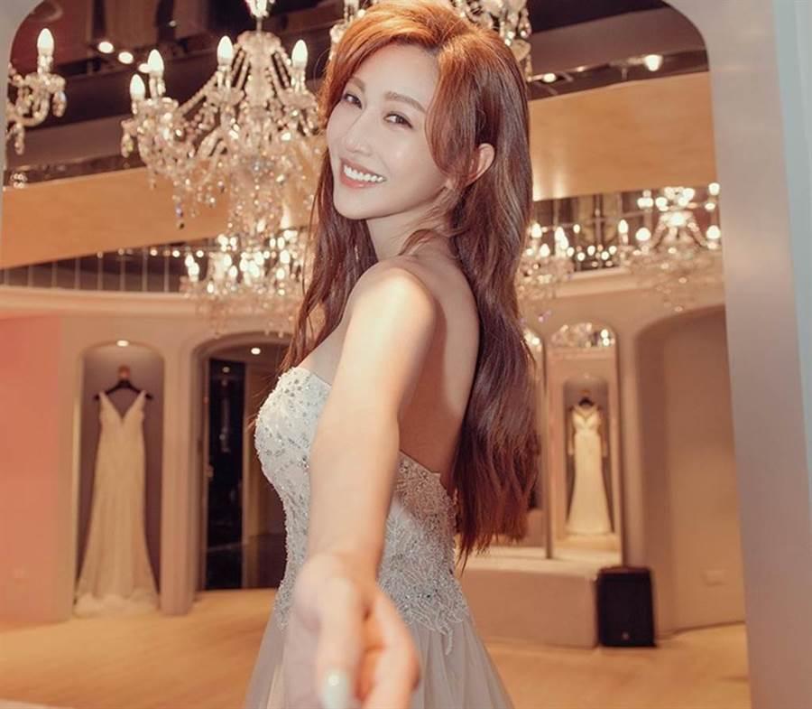 曾宛婷在萬聖節曬出婚紗照,引起粉絲熱烈討論。(圖/曾宛婷臉書)
