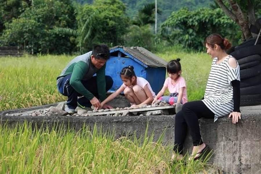張志強(左1)返鄉返鄉深耕基層棒球,也在故鄉守護農田。(翻攝照片/楊漢聲台東傳真)