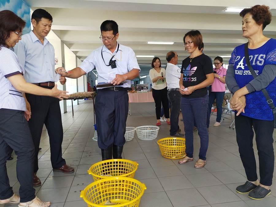 將軍青山漁港每天下午2點都會拍賣新鮮魚貨,民眾可當場「喊魚」,感受拍賣氣氛。(本報資料照片)