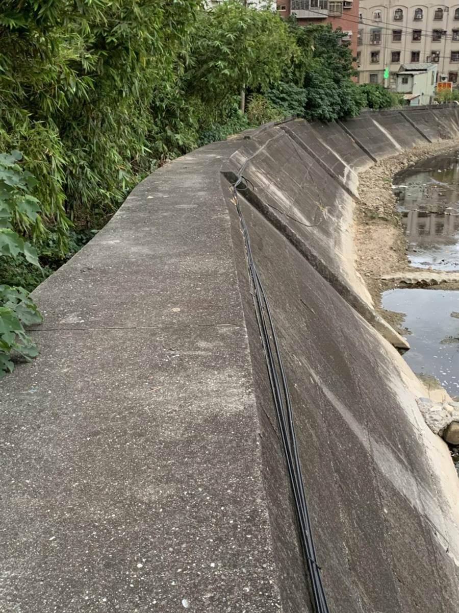 五股區觀音坑溪右岸因缺乏護欄,民眾行走時相當危險。(集賢里長陳文賓提供/吳亮賢新北傳真)