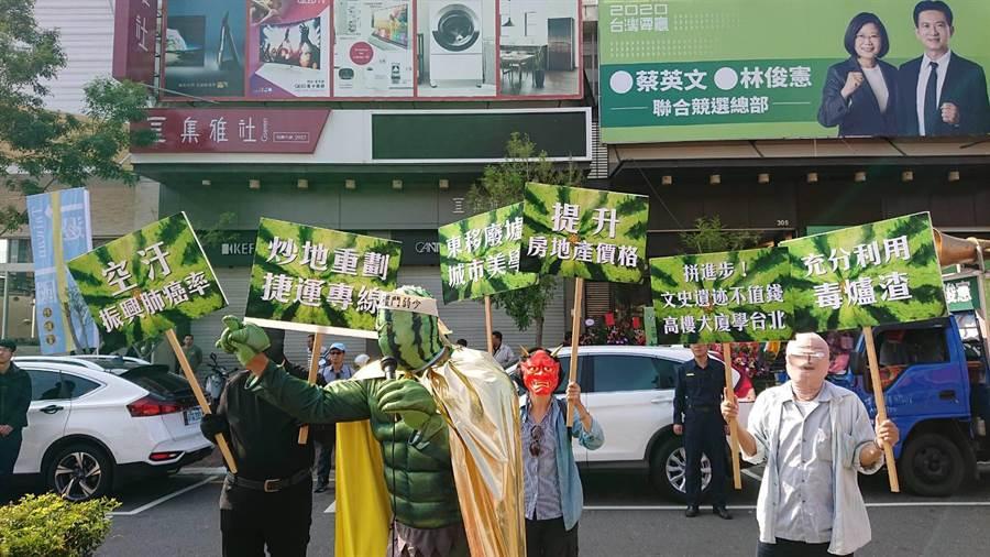 無黨籍台南市第5選區參選人陳致曉找人扮演「西瓜俠」諷刺民進黨在台南推出西瓜也會當選。(程炳璋攝)