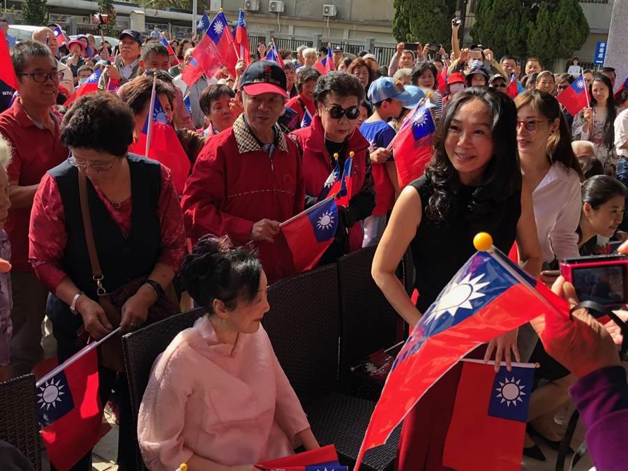 韓國瑜夫人李佳芬來到會場,熱情鄉親蜂擁迎接。(李金生攝)