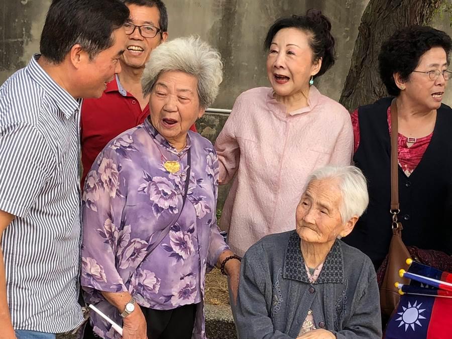 邵曉鈴(右二)的媳婦是金門人,上午與親家相見歡,讓她十分開心!(李金生攝)