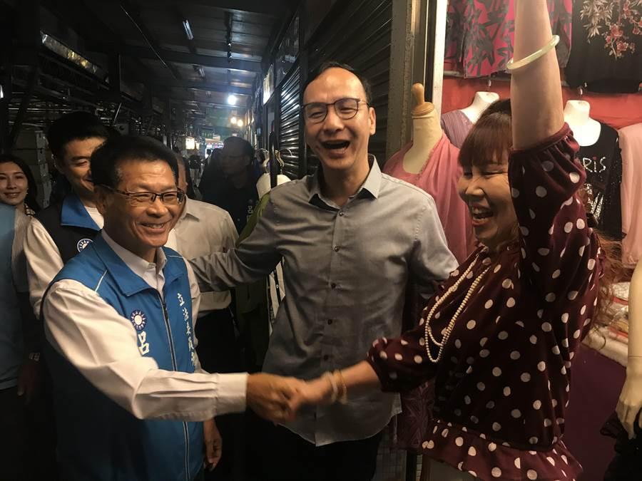 前新北市長朱立倫1日到宜蘭陪著國民黨提名立委參選人呂國華,拜訪基層選民,受到熱情歡迎。(胡健森攝)
