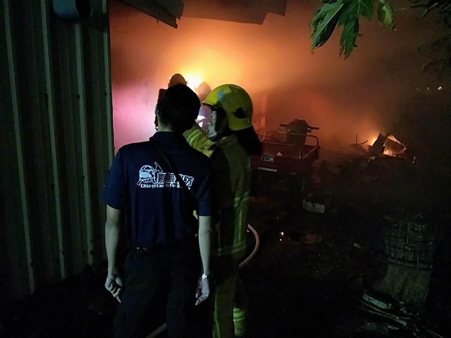 民雄鄉東湖村今天凌晨發生一起火警,消防人員處理殘火時發現一具男性屍體。(翻攝照片/張亦惠嘉縣傳真)
