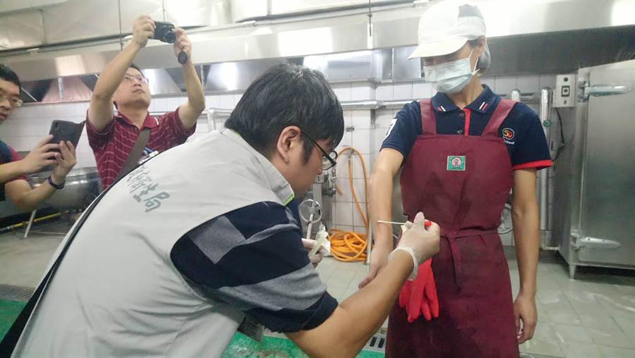 新市國中發生群聚腹瀉,南市政府衛生局針對發病師生及所有廚工進行採檢,檢出諾羅病毒陽性,病原性細菌則未檢出。(台南市衛生局提供/劉秀芬台南傳真)
