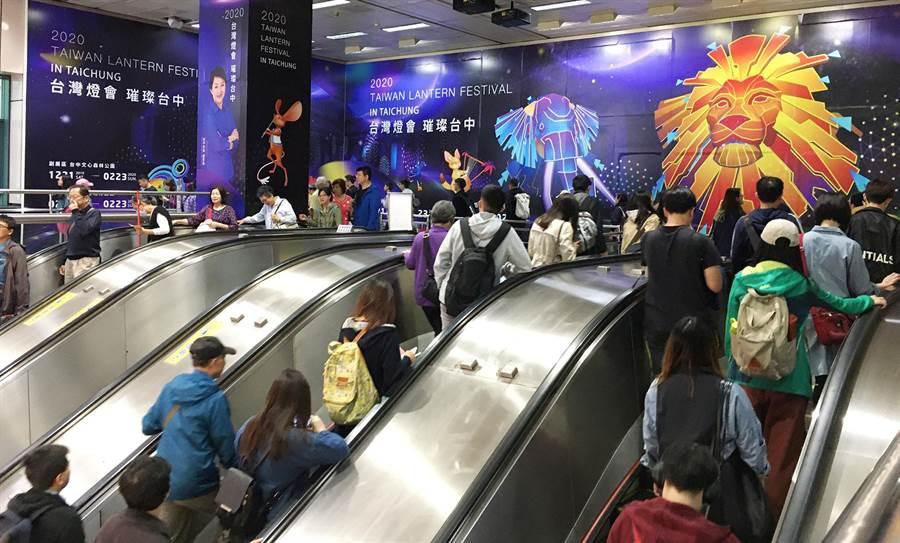 台灣燈會絢麗多彩的動物圖騰燈組設計,吸引大批民眾駐足欣賞,瞬間引發網路熱議。(台中市政府觀光旅遊局提供/陳世宗台中傳真)