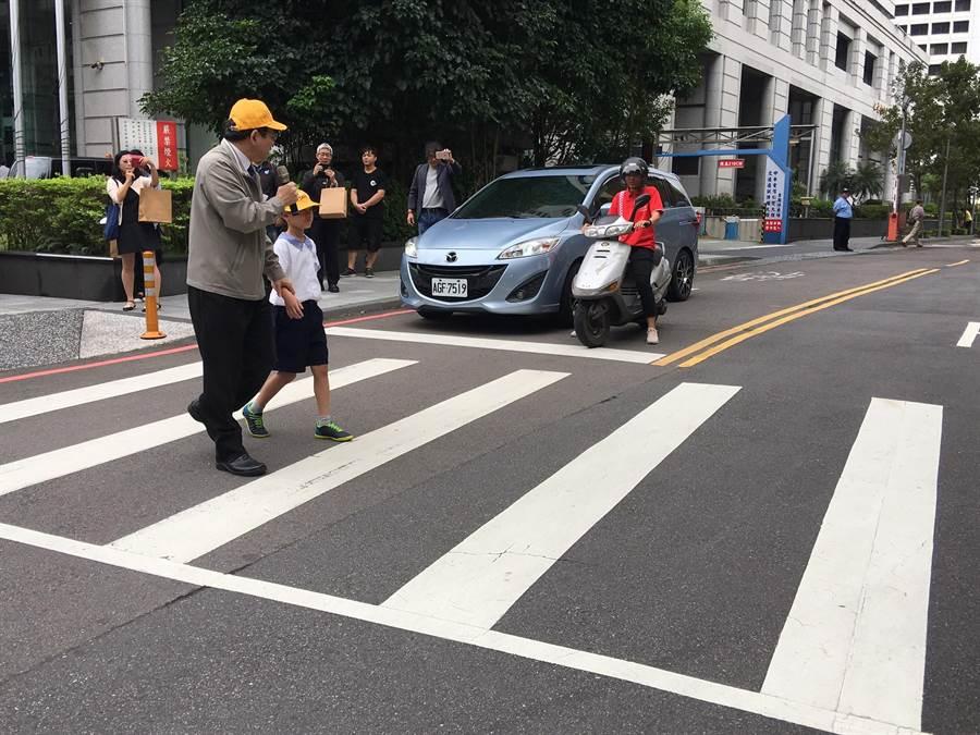 交通部政務次長王國材(左)示範如何安全過馬路。(陳祐誠攝)