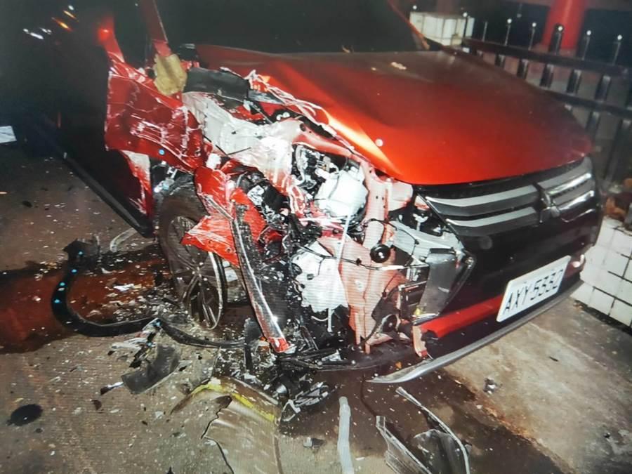 這場車禍造成多輛機汽車受損。(民眾提供/台中馮惠宜傳真)