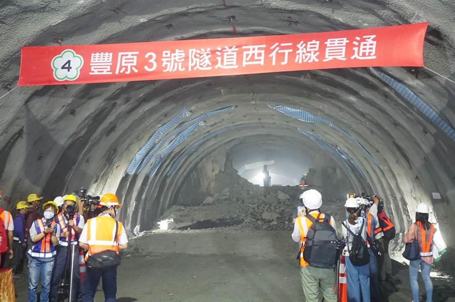 炸藥貫破豐潭段3號隧道最後一道岩壁,光線從洞口射出,宣告豐潭段工程邁入新的里程。(王文吉攝)