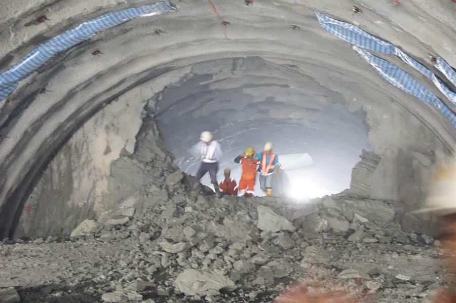 工程人員穿過豐潭段3號隧道剛貫通的洞口,見證歷史性一刻。(王文吉攝)