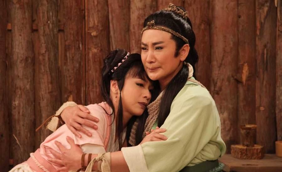 陳怡真劇中投入陳亞蘭懷抱。麗生百合提供