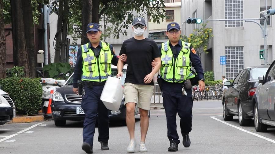警方今下午12時許將李堉睿帶回警局說明。(吳亮賢攝)